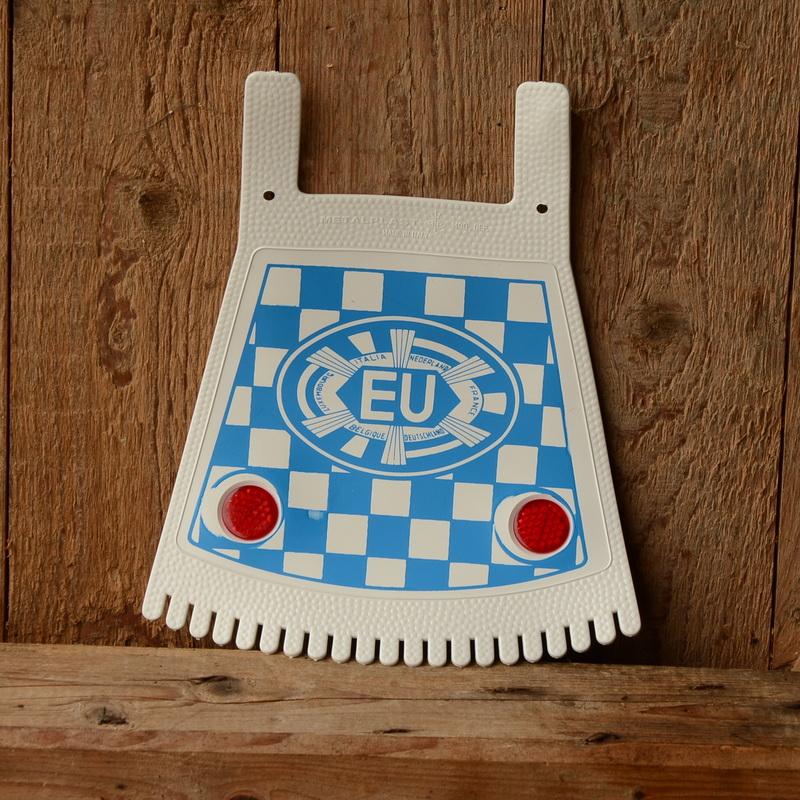 Schmutzfänger, weiß-blau, mit EU-Zeichen u. Reflektoren