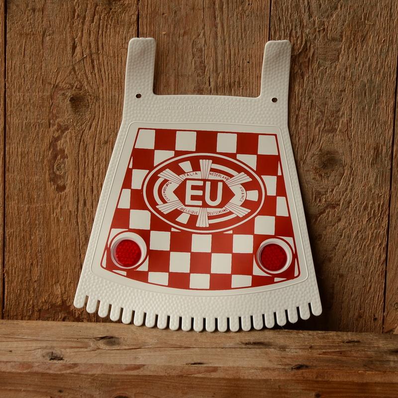 Schmutzfänger, weiß-rot, mit EU-Zeichen u. Reflektoren