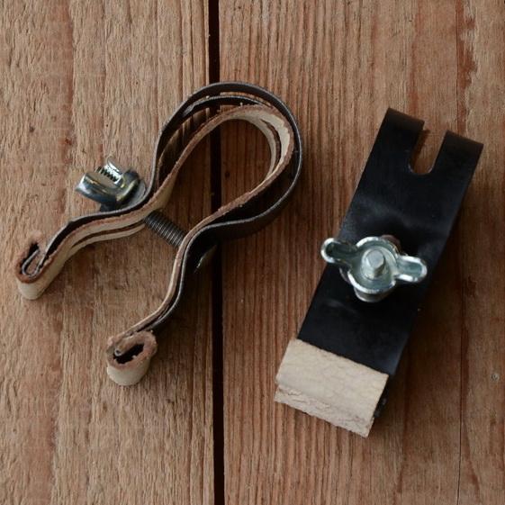 Pumpenhalter mit Ledereinlage, matt schwarz, verzinkte Schraube