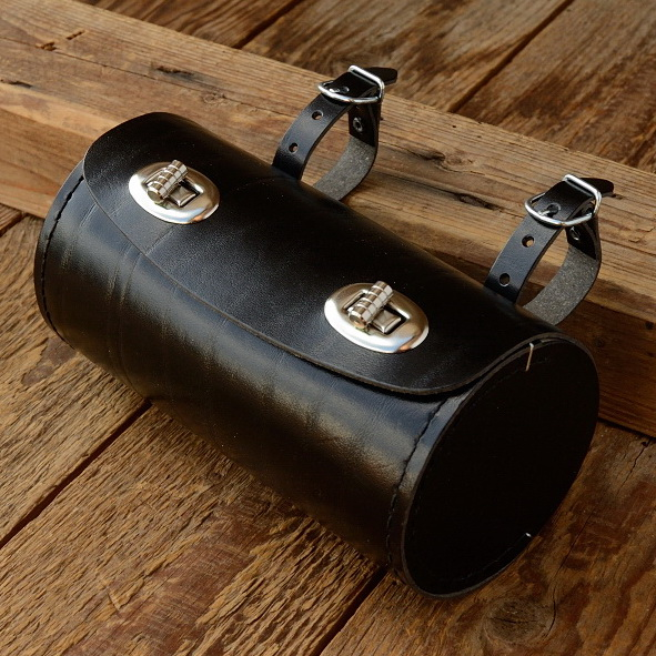 Satteltasche Leder, schwarz, Tonnenform,  D=83mm, L=160mm, Beschläge vernickelt