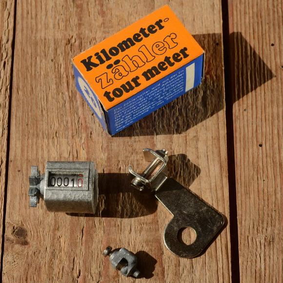 """Kilometerzähler, Metallgehäuse, silbern lackiert , passend f. 26"""" Räder, orig. aus altem Bestand"""