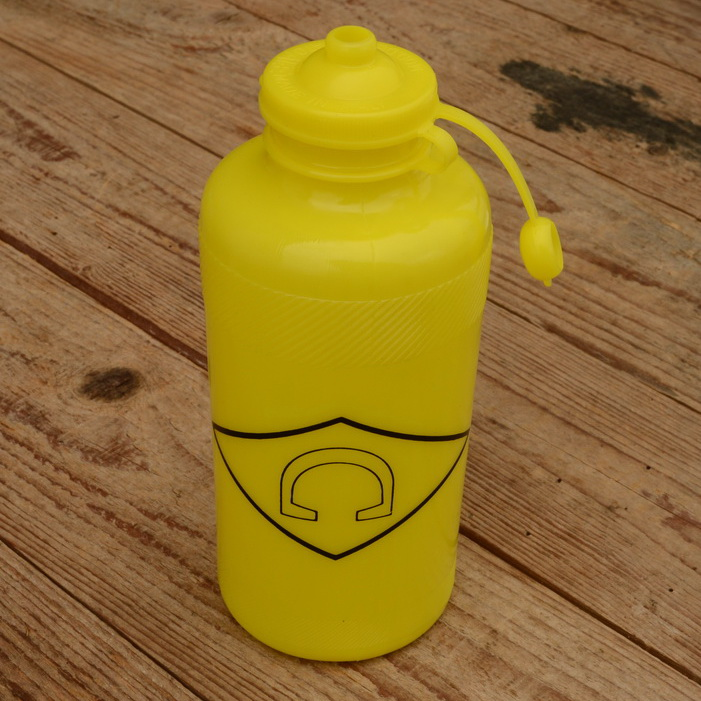 "Trinkflasche "" C "", gelb, Kunststoff, orig. Altbestand"