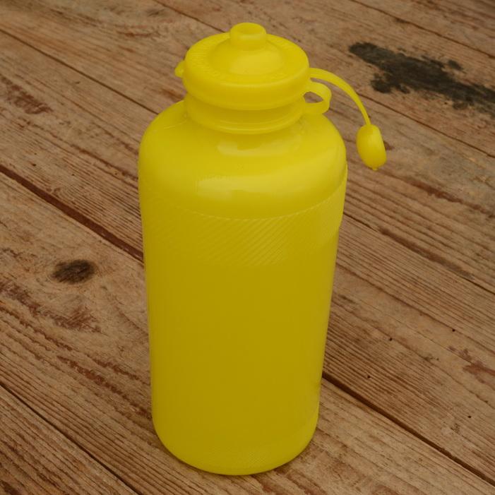 Trinkflasche, ohne Aufdruck,  gelb, Kunststoff, orig. Altbestand, NOS