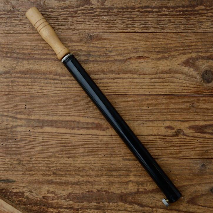 Luftpumpe schwarz glänzend lackiert, mit Holzgriff, 38,5 cm lang, alter Bestand