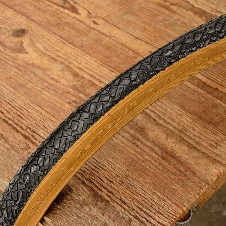 """Fahrrad Reifen, """"Metzeler"""" 24 x 1  3/8 x 2 (37-540), schwarz m. brauner Flanke, kleiner orig. Altbestand."""