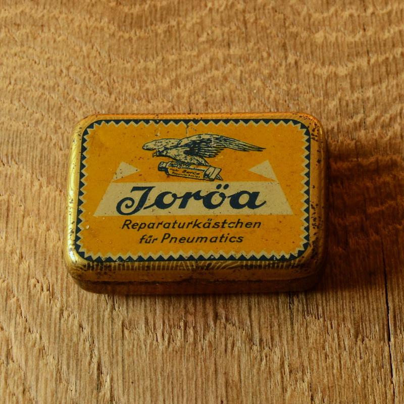 """Flickzeug Blechdose """"JORÖA"""" orig. 30er Jahre, 58 x 41 x 18 mm, ohne Inhalt"""
