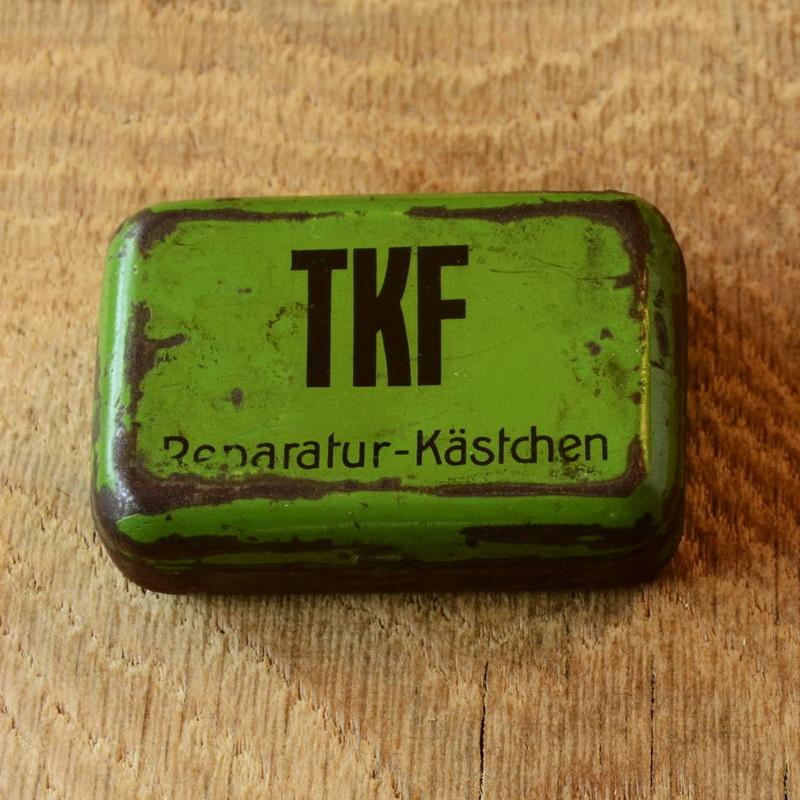 """Flickzeug Blechdose """"TKF"""" orig. 30er Jahre, 38 x 41 x 18 mm, ohne Inhalt"""