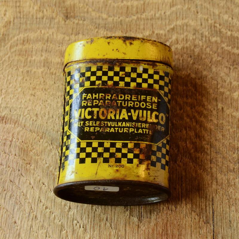 """Flickzeug Blechdose """"VICTORIA-VULCO"""" orig. 30er Jahre, 72 x 48 x 25 mm, ohne Inhalt"""