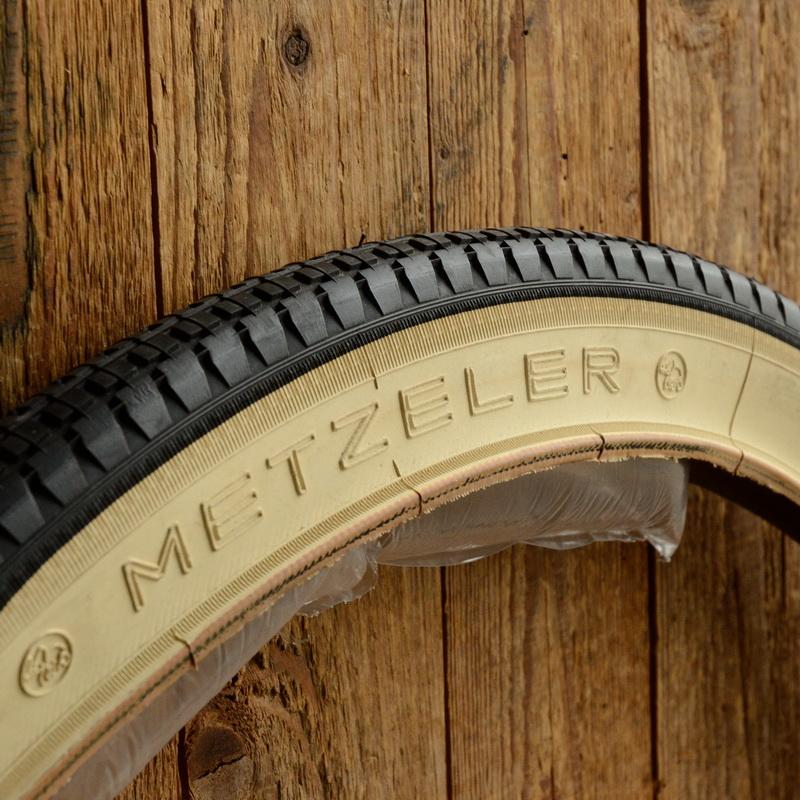 """Reifen 26 x 2.00 (54-559), """"METZELER"""", Weißwand, rare alte Ausführung, orig. aus Lagerbestand, Lagerpatina/Farbveränderung vorhanden"""