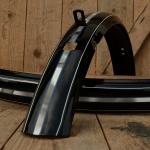 """Schutzbleche 28"""" HR, schwarz, 28 x 1,75, 59 mm breit, handliniert Dek.23 blau gefl. weiss"""