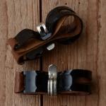 Pumpenhalter mit Ledereinlage, glanz schwarz, verchromte Haltespange
