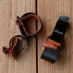 Pumpenhalter mit Ledereinlage, schwarz, mit leichter Patina