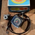"""Tachometer Fahrrad, """"VEB Messgerätewerke Beierfeld"""", incl. 650 mm Welle und Antreiber 26"""",  schwarz mit Chromblende, incl. Halter"""