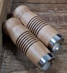 Holzgriffe, genutet, hellbraun gebeizt, mit Dübelklemmung, 25mm, 100mm lang, mit Metallzwinge. Sehr hochwertig.