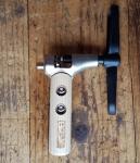 """Kettenentnieter, """"Super Universal"""" solide Werkstattausführung mit Holzbeschlag, für alle Fahrradketten geeignet"""