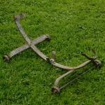 """Ausstellungs Ständer, """"Rollenständer"""", Stahl silber, Länge 58cm Breite 32cm Höhe 22cm, gebraucht, orig. 30er J. , Maulweite ca. 4cm"""
