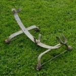 """Ausstellungs Ständer, """"Rollenständer"""", Stahl silber, Länge 58cm Breite 32cm Höhe 22cm, orig. 30er J.,  Maulweite ca. 3,5cm"""