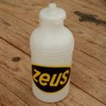 """Trinkflasche """"ZEUS"""", weiß/schwarz, Kunststoff, orig. Altbestand, NOS"""