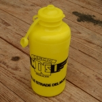 "Trinkflasche ""NISI"", gelb, Kunststoff, orig. Altbestand, NOS"