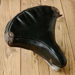 """Sattel """"Wupp"""" orig. 30-50er Jahre, Ausführung schwarz-grün, Länge 25 cm, Breite 25 cm, unrestauriert."""
