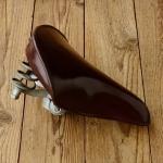 Sattel Mertens, 60er Jahre, Kunststoff braun, Länge 24 cm, Breite 22 cm, unrestauriert