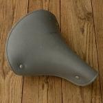Sattel Lepper, Kunststoff hellgrau, Länge 24 cm, Breite 21 cm, alte Neuware mit leichter Lagerpatina