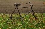 """Herrenfahrrad """"MIFA"""", 10er Jahre, schwarz,  Holz-Laufradsatz  stahlbereift, RH: 62cm , 28 Zoll, unrestauriert."""