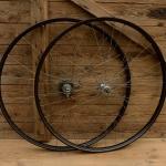 """Laufradsatz Dürkopp 28"""" (635) ,  Breite 35 mm,  36-Loch, Stahl schwarz, Linierung doppelt gold,  Zweigangnabe hinten, alte Neuware."""
