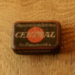 """Flickzeug Blechdose """"REPARATURKÄSTCHEN CENTRAL"""" orig. 30er Jahre, 59 x 42 x 17 mm, ohne Inhalt"""