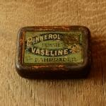 """Flickzeug Blechdose """"PINNEROL VASELINE"""" orig. 30er Jahre, 68 x 48 x 21 mm, ohne Inhalt"""