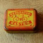 """Flickzeug Blechdose """"REPARATURKASTEN"""" orig. 30er Jahre, 82 x 59 x 24 mm, ohne Inhalt"""