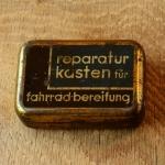 """Flickzeug Blechdose """"REPARATURKASTEN FÜR FAHRRADBEREIFUNG"""" orig. 30er Jahre, 68 x 47 x 21 mm, ohne Inhalt"""