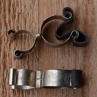 Pumpenhalter mit Ledereinlage, vernickelt, mit Patina
