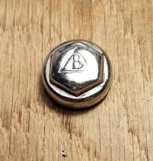 "Pedalkappe, ""B im Dreieck"", verchromt, D_innen= ca. 17.5mm, Außengewinde ca. D_aussen=19,5 mm, orig. alte Neuware"