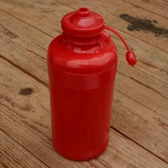 Trinkflasche, ohne Aufdruck, rot,  Kunststoff, orig. Altbestand, NOS