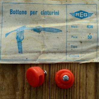 "Stopper / Klemme / Knopf ""REG"", f. Pedalriemen , rot, Kunststoff, orig. alte Neuware 60-80er Jahre !"