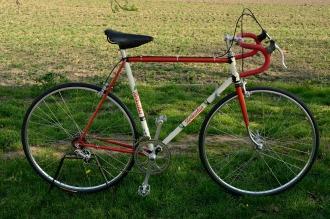 Rennrad mit guter Campagnolo Ausstattung, Rahmen mit Nervex Muffen 50/60er Jahre, neulackiert im 80er Jahre Bottechia Design.