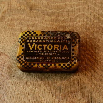 """Flickzeug Blechdose """"VICTORIA"""" orig. 50er Jahre, 61 x 42 x 16 mm, ohne Inhalt"""